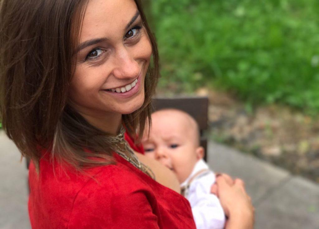 mamma allattamento bebè sorriso